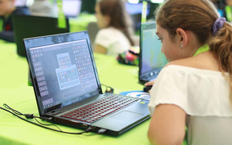 minecraft dziewczyna programuje